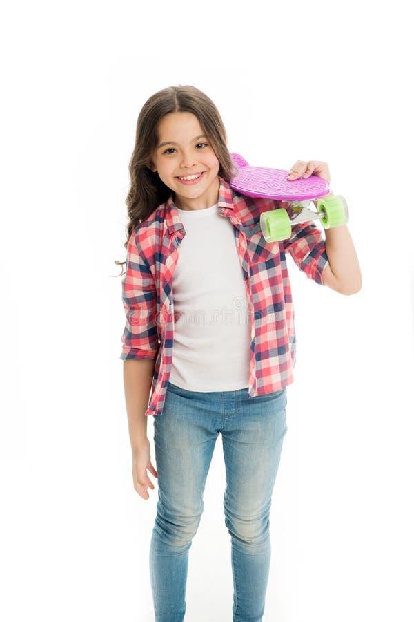 Weinig die kindglimlach met stuiverraad op wit wordt geïsoleerd Gelukkig schaatsermeisje Klaar te berijden Het Hipsterkind is bin royalty-vrije stock foto