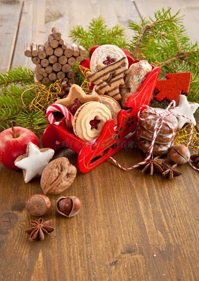 Weinig die slee met Kerstmiskoekjes wordt gevuld royalty-vrije stock foto