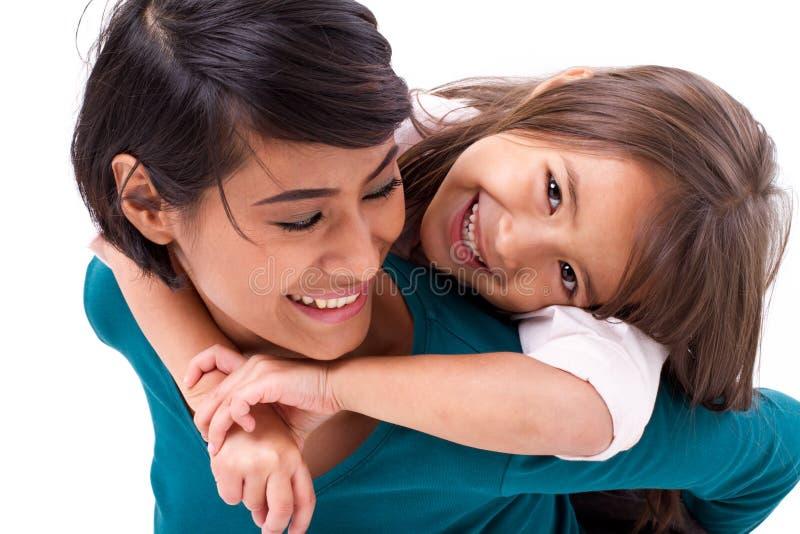 Weinig dochter die haar moeder, concept gelukkige familie of l koesteren royalty-vrije stock afbeelding