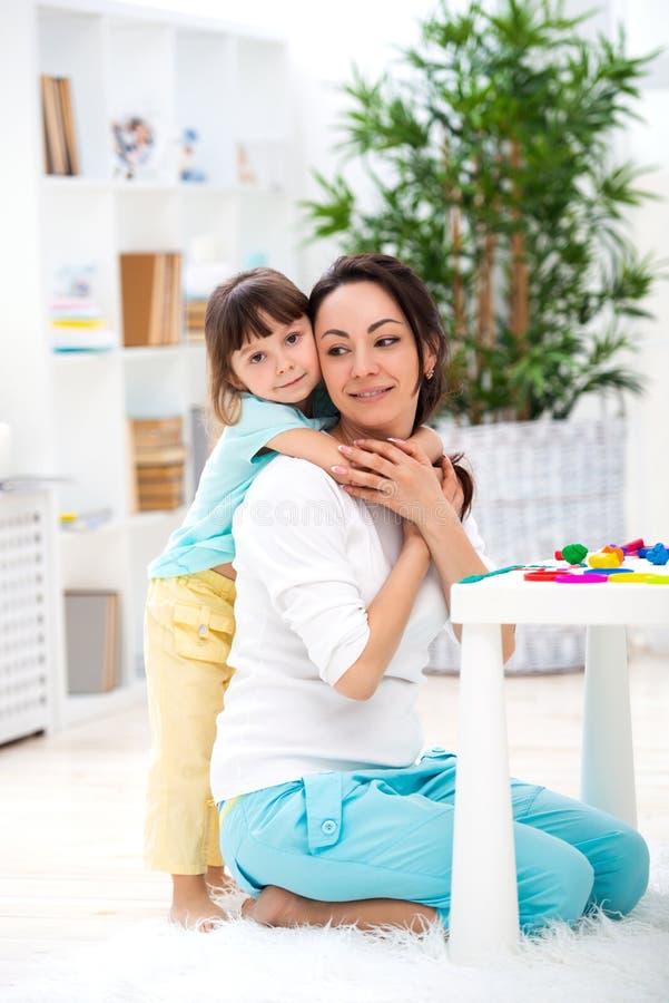 Weinig dochter koestert mamma Gelukkige familie en liefde De dag van de moeder `s royalty-vrije stock foto