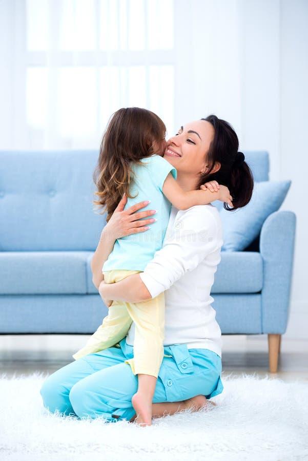 Weinig dochter koestert mamma Gelukkige familie en liefde De dag van de moeder `s stock afbeelding