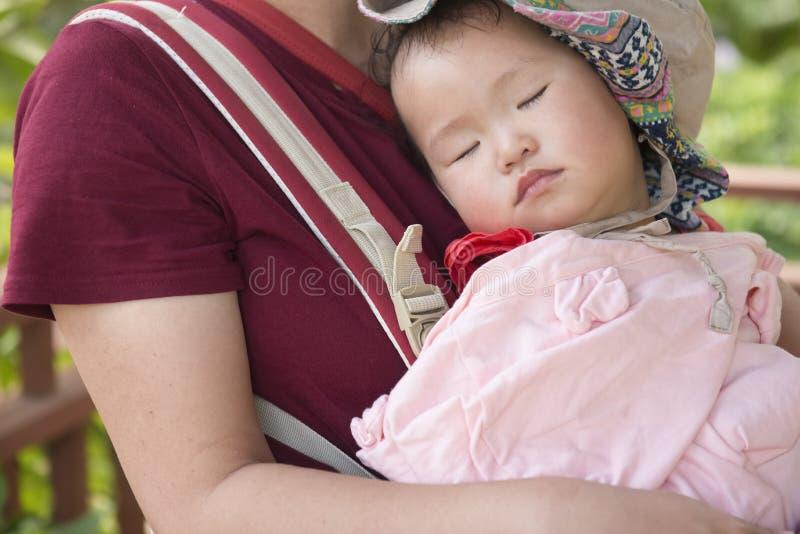 Weinig dochter ligt op de slaap van de mamma'sborst royalty-vrije stock afbeeldingen