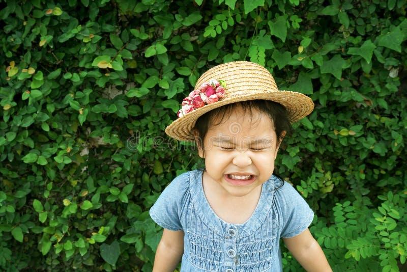 Weinig dragende hoed met grappige gezicht en glimlach royalty-vrije stock foto