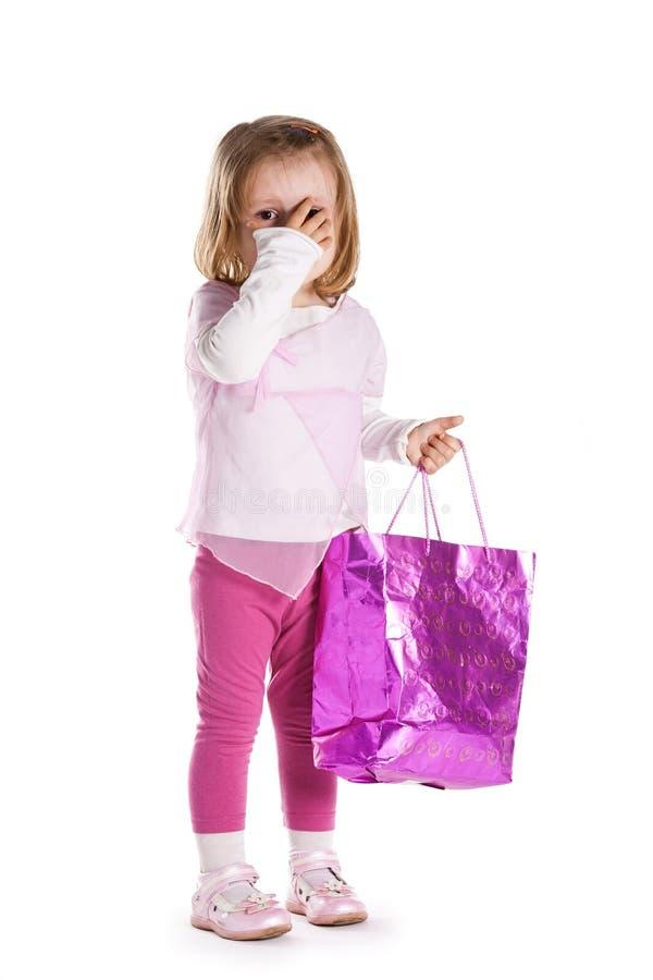 Weinig droevig meisje met het winkelen zak stock fotografie