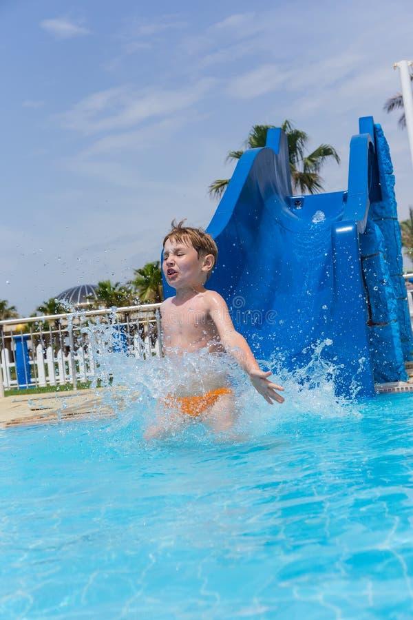 Weinig emotionele jongen in de ritten van het waterpark van dia royalty-vrije stock foto's
