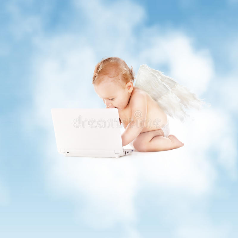 Weinig engel met laptop computer stock foto's
