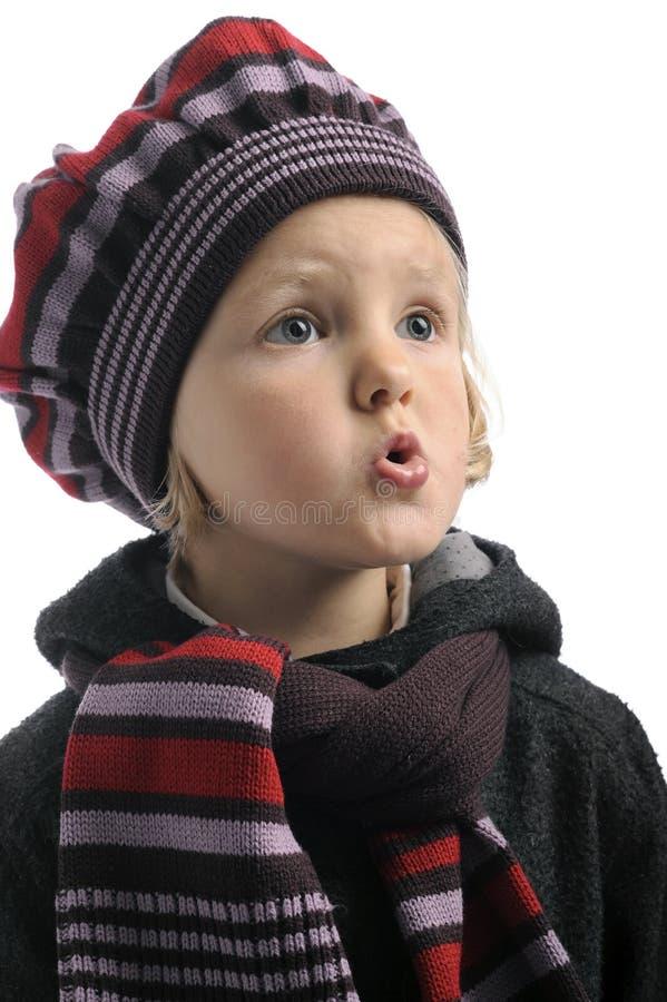 Weinig fluitend meisje met de winterhoed en sjaal stock afbeelding