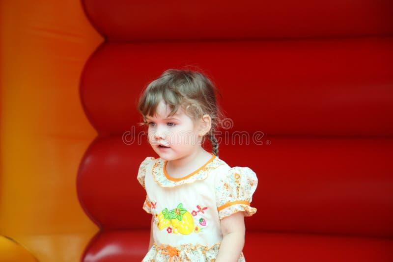 Weinig gelukkig meisje springt op bouncykasteel royalty-vrije stock foto