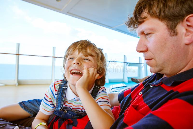 Weinig gelukkige en jong geitjejongen en zijn vader die samen lachen glimlachen royalty-vrije stock foto