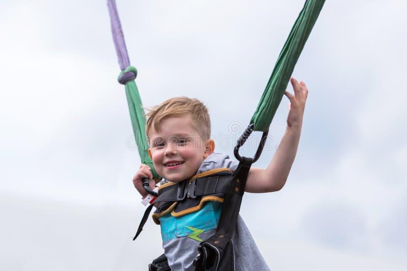 Weinig gelukkige jongen op een trampolinepark royalty-vrije stock afbeeldingen
