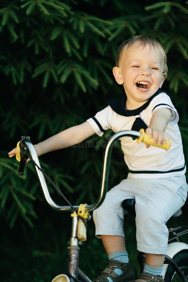 Weinig gelukkige jongen op fiets royalty-vrije stock foto's