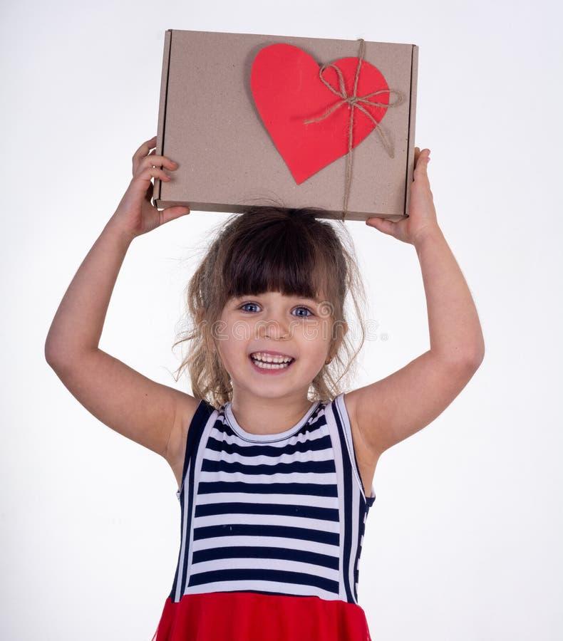 Weinig glimlachend meisje die huidige die doos houden op wit wordt geïsoleerd Dit is dossier van EPS10-formaat royalty-vrije stock afbeeldingen