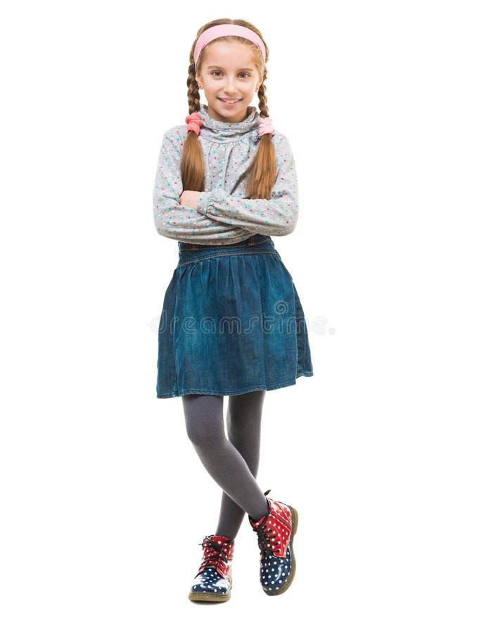 Weinig glimlachend meisje met haar gevouwen wapens stock fotografie