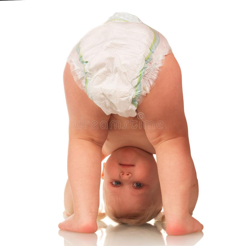 Weinig glimlachende baby in een luierbovenkant - onderaan geïsoleerd op wit royalty-vrije stock afbeeldingen