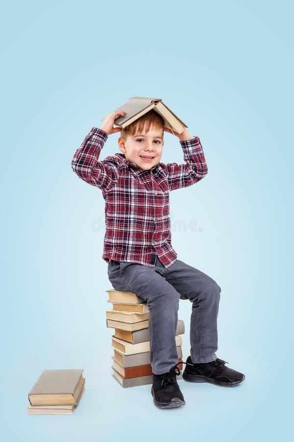 Weinig glimlachende jongen met boeken royalty-vrije stock foto's