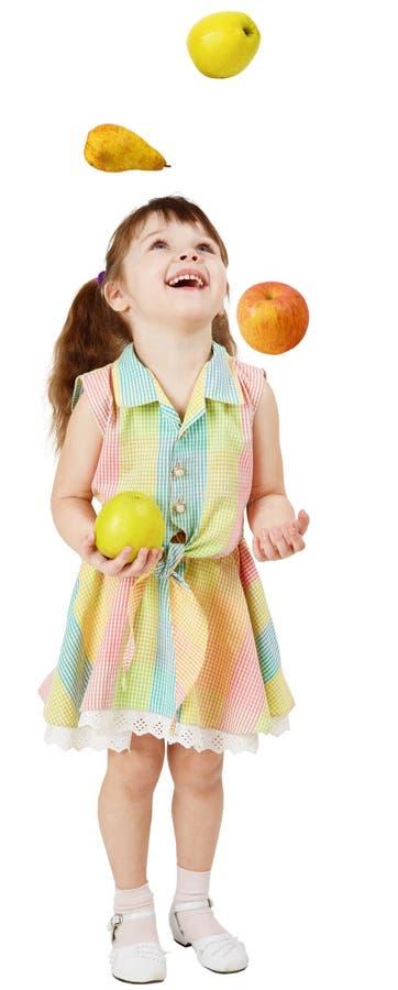 Weinig grappig meisje jongleert met fruit royalty-vrije stock foto