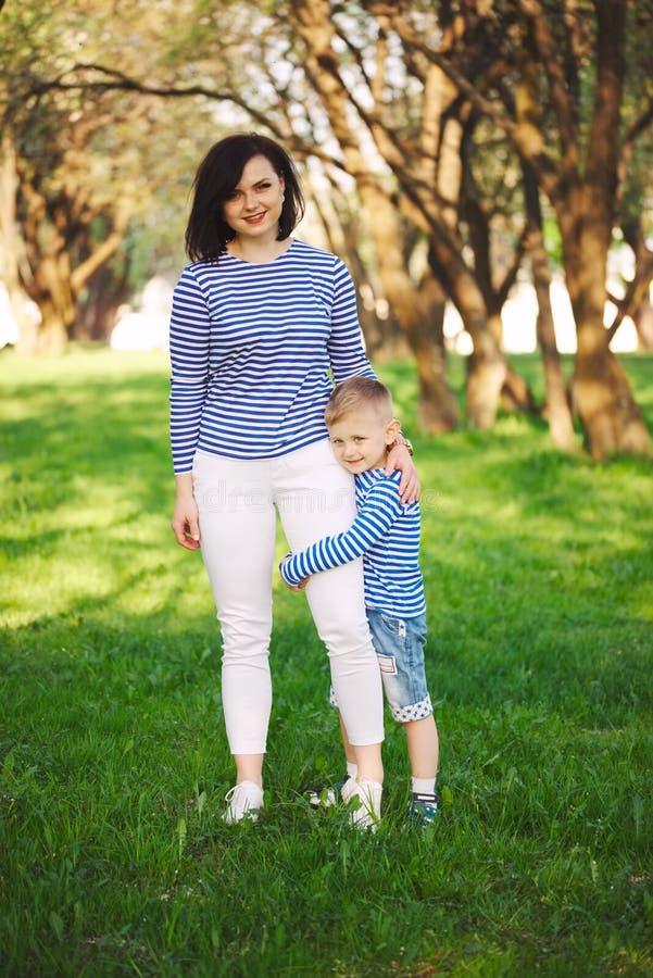 Weinig grappige jongen met moeder stock foto's
