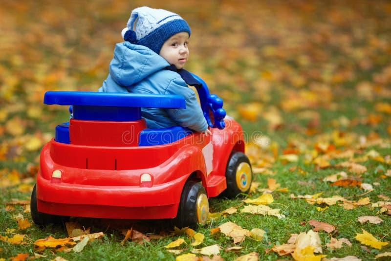 Weinig grappige jongens drijfstuk speelgoed auto royalty-vrije stock afbeelding