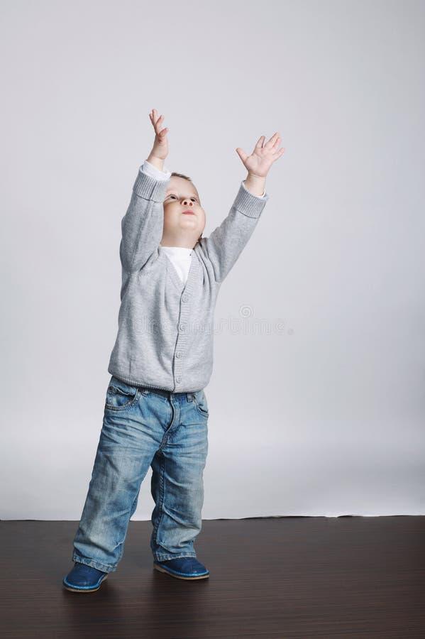 Weinig grappige jongensspelen met bellen stock foto