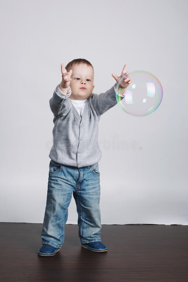 Weinig grappige jongensspelen met bellen stock fotografie