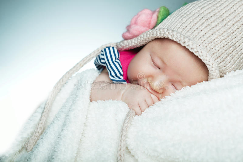 Weinig grappige sleepengbaby stock afbeelding