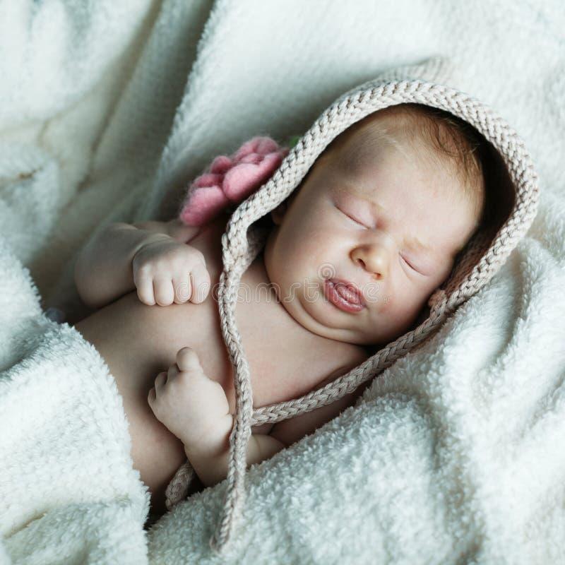 Weinig grappige sleepengbaby stock foto's