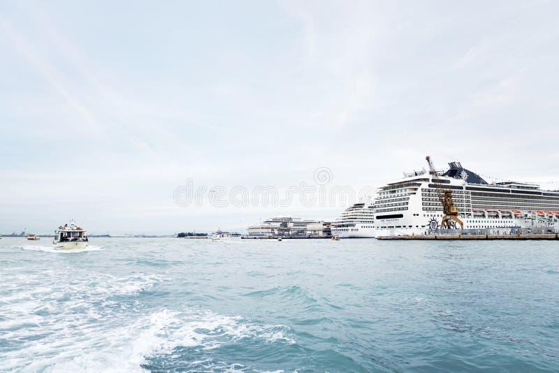 Weinig grote cruiseschepen in de haven van Venetië royalty-vrije stock afbeeldingen