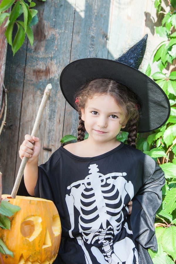 Weinig heks met Halloween-pompoen royalty-vrije stock afbeelding