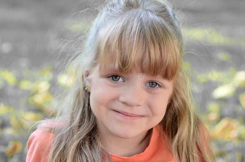 Weinig helder mooi meisje in oranje t-shirt royalty-vrije stock fotografie