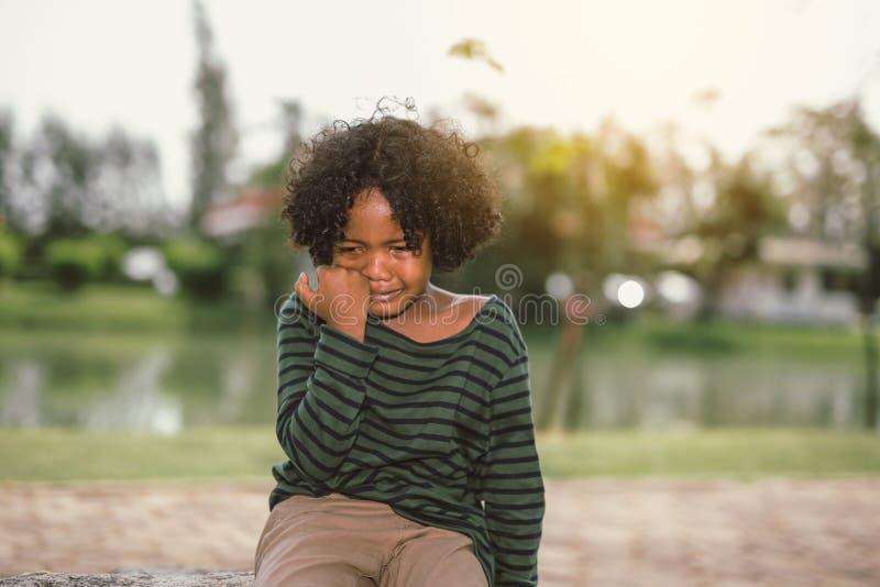 Weinig het Afrikaanse Amerikaanse jongen schreeuwen stock foto's