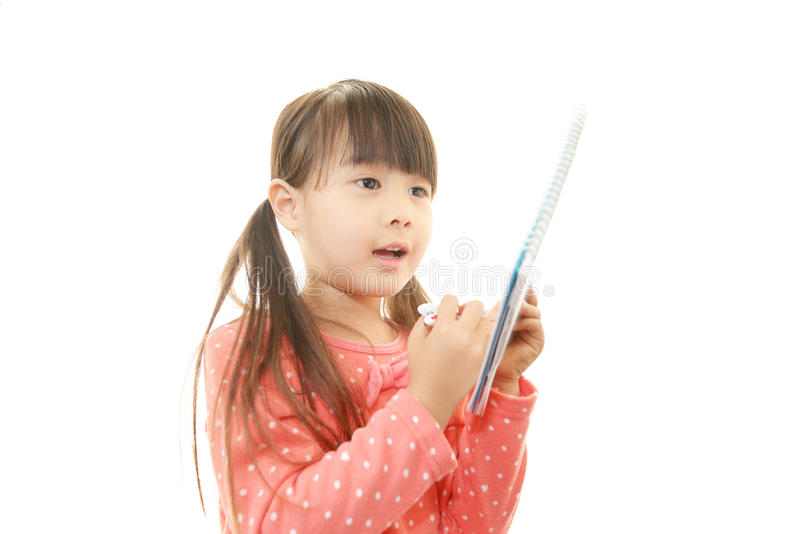 Weinig het Aziatische meisje bestuderen stock foto