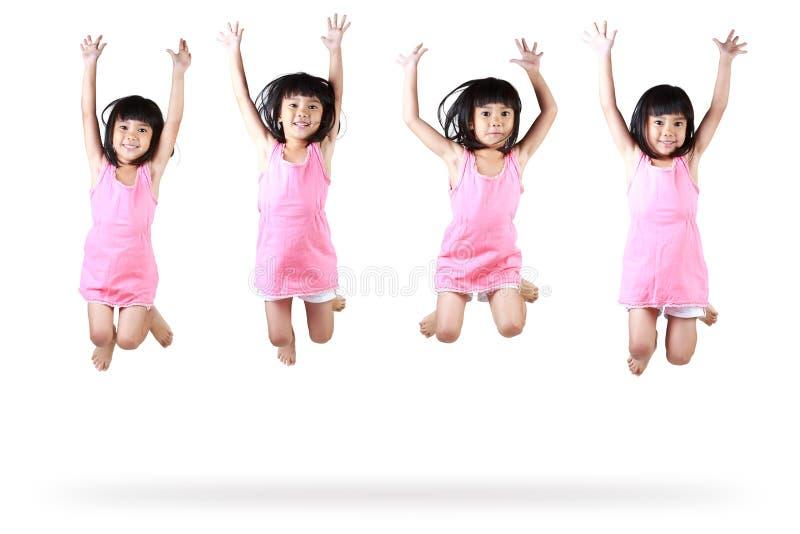 Weinig het Aziatische meisje springen stock foto's