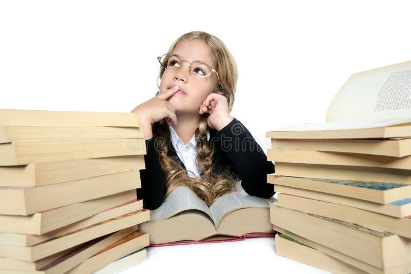 Weinig het denken de glazen van het studenten het blonde meisje glimlachen stock fotografie
