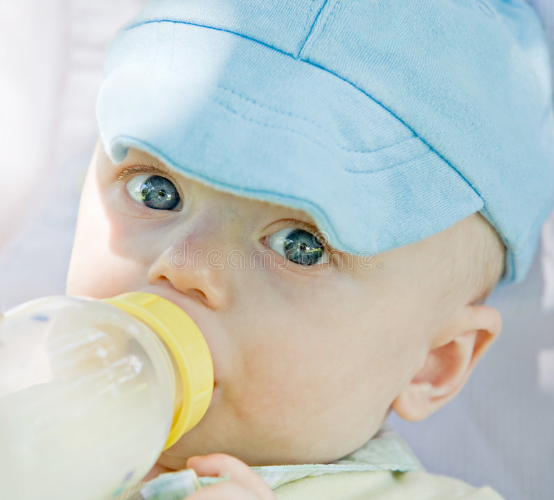 Weinig het Eten van de Baby stock foto