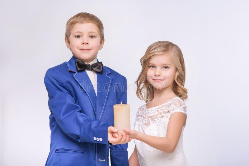 Weinig het houden van paar het vieren huwelijk royalty-vrije stock afbeelding