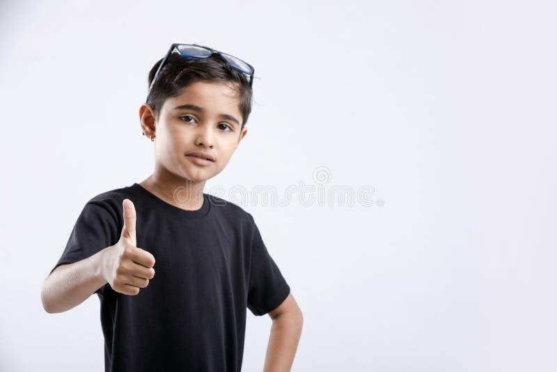 weinig het Indische/Aziatische jongen tonen beduimelt omhoog royalty-vrije stock afbeeldingen
