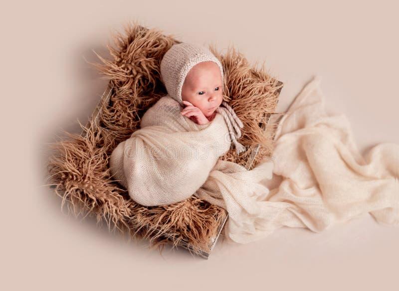 Weinig het leuke baby liggen stock foto's