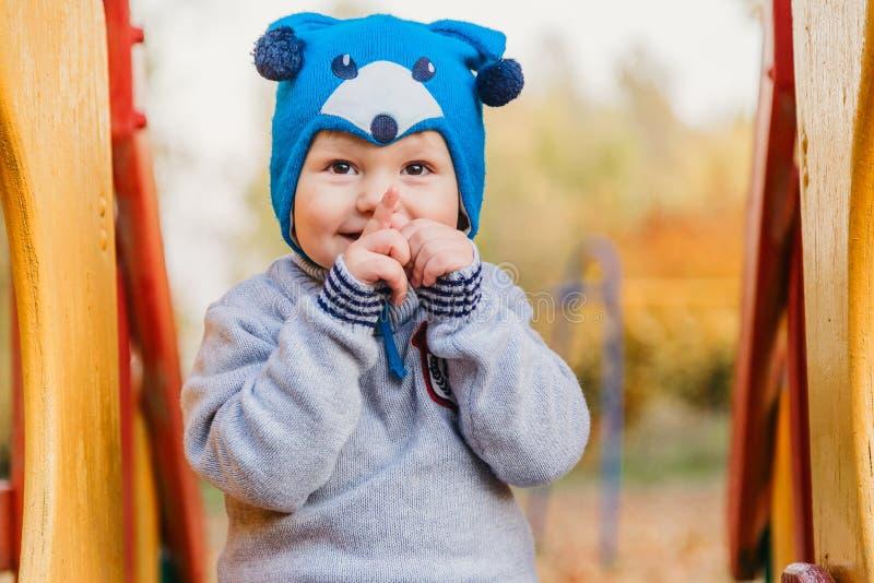 Weinig het leuke jong geitje spelen op de speelplaats stock fotografie