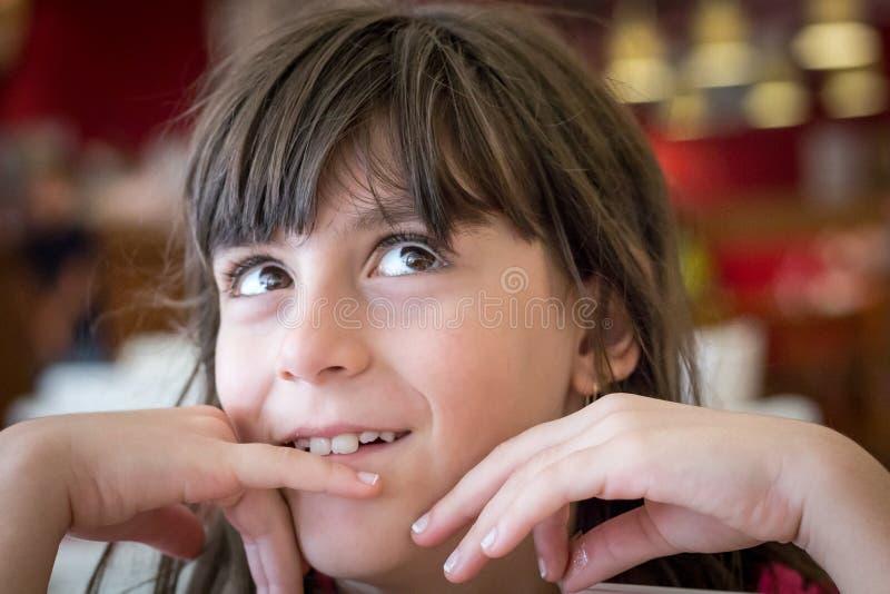 Weinig het mooie meisje benieuwd zijn royalty-vrije stock afbeelding