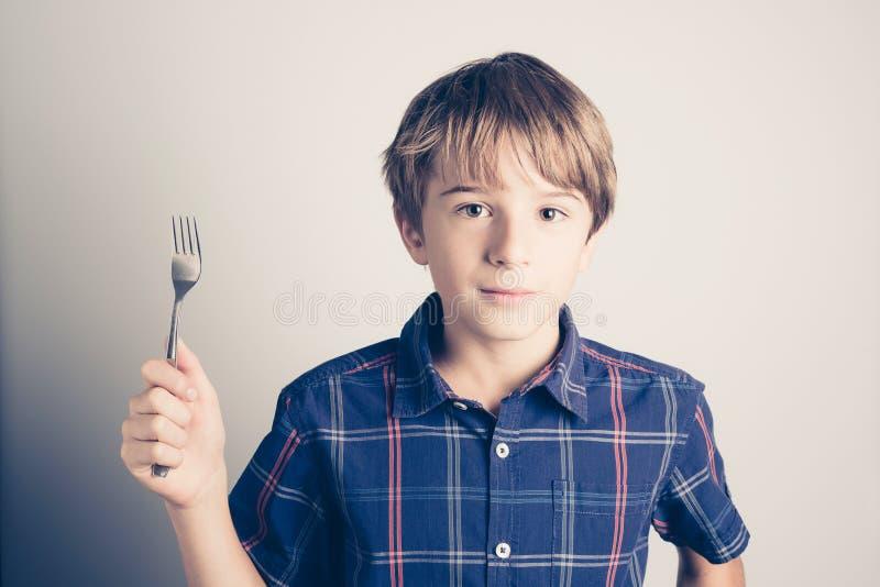 Weinig hongerige jongen met vork klaar te eten royalty-vrije stock fotografie