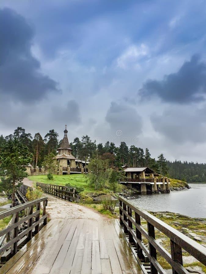 Weinig houten orthodoxe kerk in Valaam-eiland stock foto