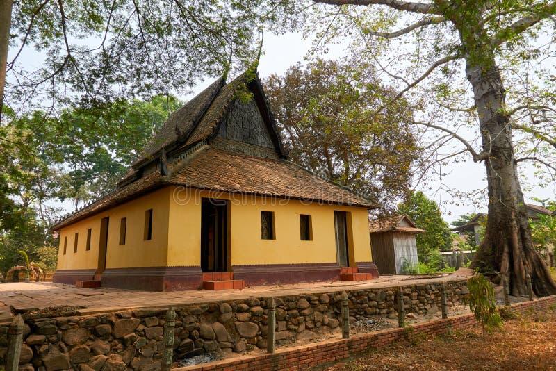 Weinig huis dichtbij Mekong Rivier in Kratie, Kambodja tijdens droog seizoen stock afbeelding