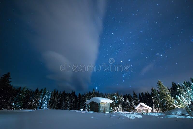 Weinig Huis op de achtergrond van de sterrige de winterhemel stock fotografie