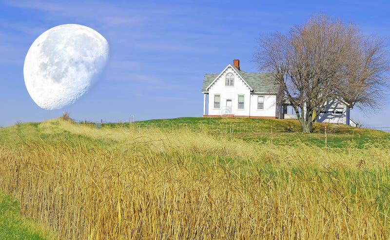 Weinig huis op de heuvel royalty-vrije stock afbeelding