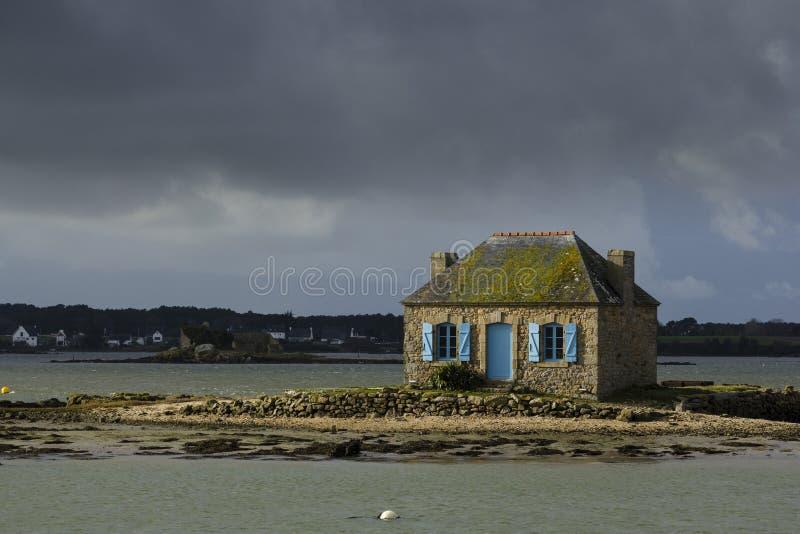 Weinig huis op het eiland stock afbeelding