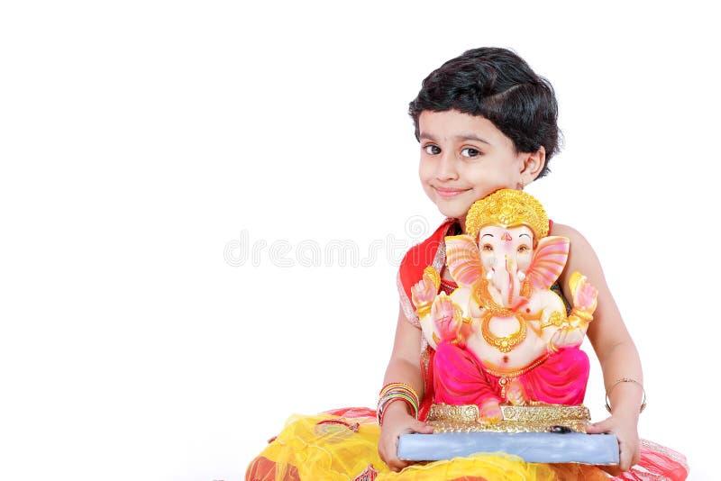 Weinig Indisch meisjeskind met Lord ganesha en het bidden, Indisch ganeshfestival royalty-vrije stock afbeelding