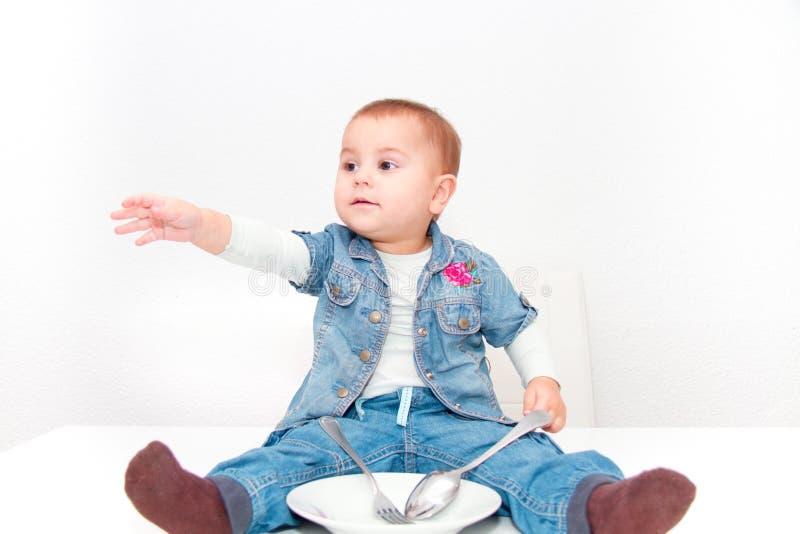 Weinig jong babymeisje wil eten stock afbeelding
