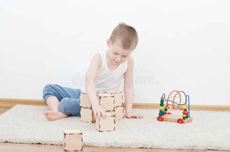 Weinig jong geitje speelt met blokken royalty-vrije stock foto