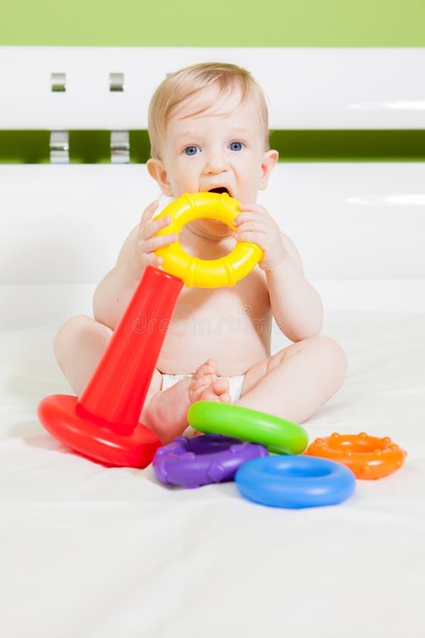 Weinig jong geitjejongen die met kleurrijk stuk speelgoed spelen stock foto's