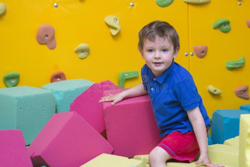 Weinig jong geitjespel met zachte blokken bij binnenkinderenspeelplaats royalty-vrije stock fotografie